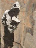 Jugendlicher, der das Buch, Graffiti liest Stockbilder