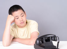 Jugendlicher, der dass das Telefon wartet, schellt stockfotos