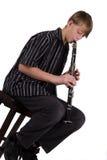 Jugendlicher, der den Clarinet spielt Stockfotografie