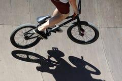 Jugendlicher, der ein Fahrrad auf eine spezielle Achterbahn reitet Stockfotos