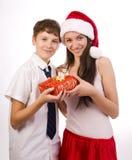 Jugendlicher, der ein Geschenk empfängt Stockbilder