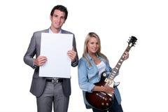 Jugendlicher, der eine Gitarrenlektion hat Stockbild