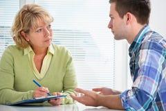 Jugendlicher, der eine Therapie-Sitzung hat Lizenzfreies Stockbild