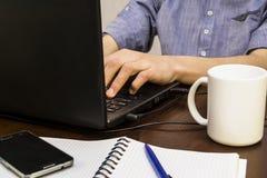 Jugendlicher, der an einem Laptop arbeitet Lizenzfreies Stockbild