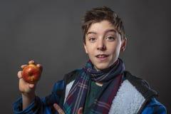 Jugendlicher, der einen Apfel isst Lizenzfreies Stockbild