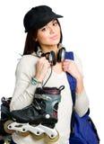 Jugendlicher in der emporgeragten Kappe, die Rollschuhe hält Lizenzfreie Stockfotografie