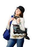 Jugendlicher in der emporgeragten Kappe, die Rollschuhe hält Lizenzfreie Stockbilder