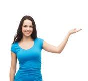 Jugendlicher, der etwas auf der Palme ihrer Hand hält Lizenzfreies Stockfoto