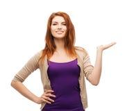 Jugendlicher, der etwas auf der Palme ihrer Hand hält Lizenzfreie Stockfotos