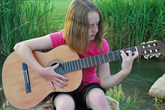 Jugendlicher, der Gitarre spielt stockbild