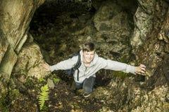 Jugendlicher in der Höhle Stockbilder