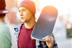 Jugendlicher, der hinunter die Straße geht Stockfotografie