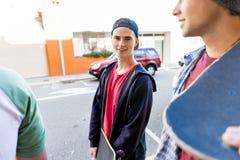 Jugendlicher, der hinunter die Straße am Sommertag geht Stockbilder