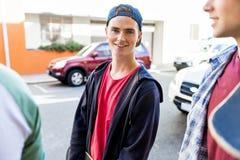 Jugendlicher, der hinunter die Straße am Sommertag geht Lizenzfreie Stockfotos