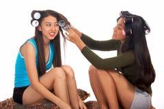 Jugendlicher, der ihrem Freund hilft Stockfoto