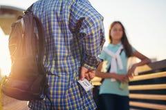 Jugendlicher, der Karten für das Kino hält Lizenzfreies Stockfoto