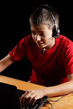 Jugendlicher, der an Laptop arbeitet Lizenzfreies Stockbild