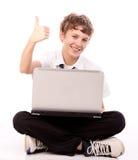 Jugendlicher, der Laptop - Daumen aufbraucht Lizenzfreies Stockbild
