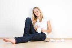 Jugendlicher, der mit Getränk sich entspannt Stockbilder