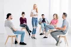 Jugendlicher, der in der Mitte steht Stockfotos