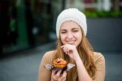 Jugendlicher, der Muffin isst lizenzfreie stockbilder