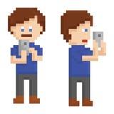 Jugendlicher der Pixelkunst, der ein Foto auf intelligentem macht Lizenzfreie Stockfotografie
