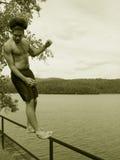 Jugendlicher, der rückwärts durch einen See fällt Lizenzfreie Stockfotos