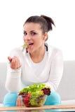 Jugendlicher, der Salat isst Stockfotos