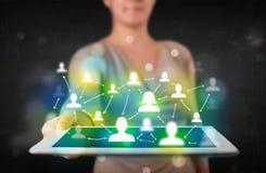 Jugendlicher, der Tablette mit grünen Social Media-Ikonen darstellt Stockbild