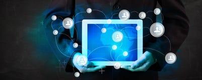 Jugendlicher, der talbet mit Kommunikationstechnologie concep hält Lizenzfreie Stockfotos