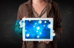 Jugendlicher, der talbet mit Kommunikationstechnologie concep hält Stockfotos