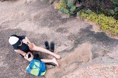 Jugendlicher, der Technolohy in der Natur verwendet Lizenzfreies Stockbild