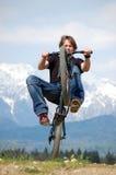 Jugendlicher, der Tricks auf Fahrrad bildet lizenzfreies stockbild