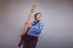 Jugendlicher ein europäisches Auftrittspielen des Jungenbrauns Lizenzfreie Stockfotos