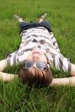 Jugendlicher in einem Gras Stockfotos