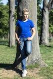Jugendlicher in einem Park Stockfotos