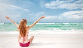 Jugendlicher glücklich auf dem Strand Stockbilder