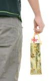 Jugendlicher hält Paket mit Geschenken an Stockfoto