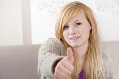 Jugendlicher halten Daumen Lizenzfreies Stockbild