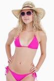 Jugendlicher im Badeanzug mit einem Hut und Sonnenbrille Stockbilder