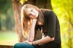 Jugendlicher im Herbst Stockfoto
