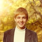 Jugendlicher im Herbstpark Lizenzfreie Stockbilder