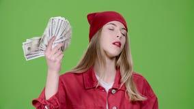 Jugendlicher ist mit dem Jackpot, sie gewann einen hohen Geldbetrag glücklich Grüner Bildschirm Langsame Bewegung stock video footage