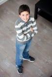Jugendlicher Junge, der zu Hause steht Stockbild