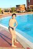 Jugendlicher kleiner Junge im Freilichtaquapark Lizenzfreies Stockbild
