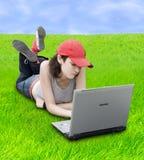 Jugendlicher/Kursteilnehmer mit Laptop Lizenzfreies Stockfoto
