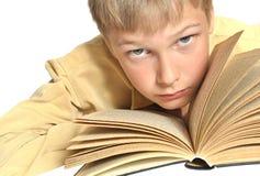 Jugendlicher liest Buch. Stockbild