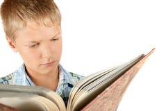Jugendlicher liest Buch Lizenzfreies Stockbild
