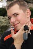 Jugendlicher mit Autotasten stockfotos