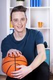 Jugendlicher mit Basketball Stockfotografie